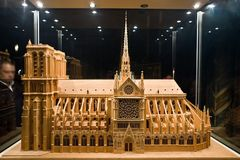 2块面包板大教堂贵妇人模型notre 库存图片