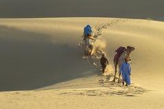 2头骆驼有蓬卡车印地安人 库存照片