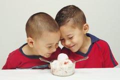 2奶油吃冰准备好 库存图片
