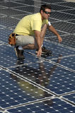 2安装太阳的面板 免版税图库摄影