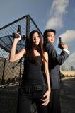 2对亚洲运载的中国夫妇开枪屋顶 免版税库存图片