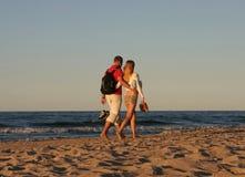 2对海滩夫妇漫步 免版税库存图片