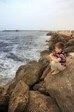 2少年海岸遥远lookeing的海运 库存照片