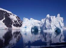 2座南极洲冰山 免版税库存图片
