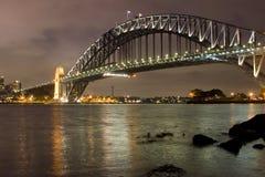 2座桥梁晚上悉尼 免版税库存图片