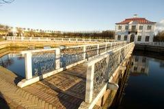 2座桥梁白色的扶手栏杆宫殿 免版税图库摄影