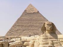 2座金字塔狮身人面象 免版税库存图片