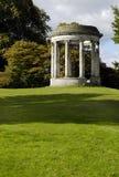 2庭院新古典主义圆形建筑 免版税库存照片