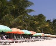 2张海滩睡椅 免版税库存图片