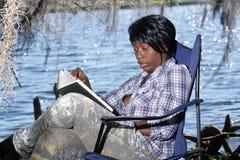 2户外读的妇女 库存图片