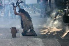 2执行印地安人的舞蹈礼节 库存照片