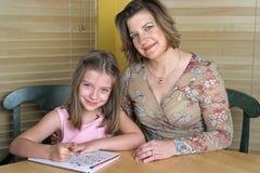 2执行的家庭作业一起 免版税库存照片