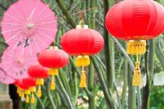 2把中国灯笼桃红色伞 免版税库存图片