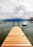 2日内瓦木湖的码头 免版税库存照片