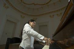 2有天赋的钢琴演奏家钢琴 库存图片