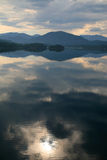 2朵云彩湖反映 库存图片