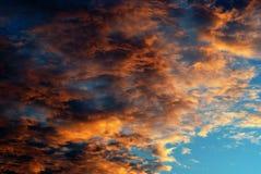 2朵灼烧的云彩 库存照片