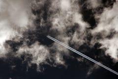 2朵飞机云彩喷气机 免版税库存照片
