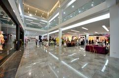 2条大道kuching的购物中心阶段购物 图库摄影