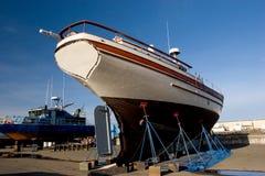 2条小船码头干燥捕鱼 免版税库存图片