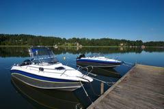 2条小船码头瑞典 免版税库存照片