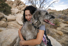 2条狗拥抱的女孩她 免版税库存照片
