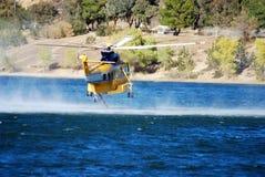 2架直升机盘旋的薄雾 免版税库存图片