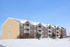 2栋公寓冬天 库存照片