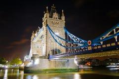 2桥梁照亮了晚上塔 库存图片