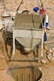 2混凝土建筑倾吐的工作者 免版税图库摄影