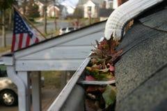 2片清理秋天天沟叶子 库存照片