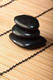 2玄武岩黑色堆向thermotherapy扔石头 免版税库存图片