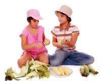 2玉米剥壳 免版税图库摄影