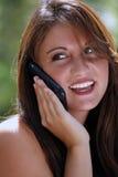 2电池她户外给联系青少年打电话 免版税库存图片