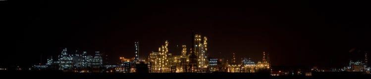 2种化学制品晚上全景工厂视图 免版税库存图片