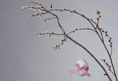 2穿戴的复活节彩蛋粉红色 免版税库存照片