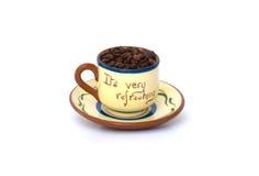 2粒豆刷新s茶碟的咖啡杯 库存图片
