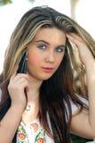 2美丽的电池女孩青少年她的电话 库存照片