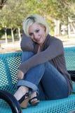 2美丽的长凳白肤金发的偶然公园 库存照片