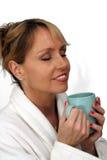 2美好饮料金发碧眼的女人享用热 免版税库存图片