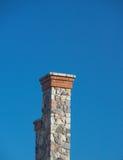 2蓝色高烟囱结算深天空的石头 免版税库存图片