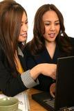 2讨论的商业膝上型计算机小组妇女 免版税库存照片