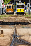 2辆城市台车前面在一个台车终止的在波尔图,葡萄牙 免版税库存图片