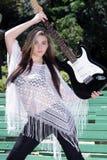 2青少年美丽的女孩的吉他 免版税库存图片