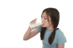 2饮用的女孩少许牛奶 免版税库存照片