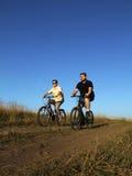2骑自行车 免版税库存照片