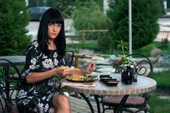 2 äter flickasushi Fotografering för Bildbyråer