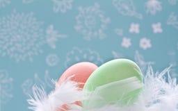 2 αυγά Πάσχας που διακοσμούνται με το φτερό Στοκ Εικόνες