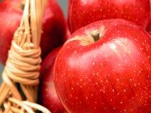 2 βιταμίνες καλαθιών μήλων Στοκ Εικόνες