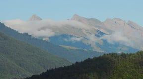 2 βουνά αριθ. σύννεφων Στοκ Φωτογραφία